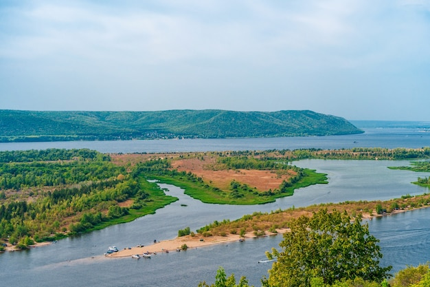 Erstaunliches panorama der wolga und der inseln an einem sommertag schöne landschaft in russland