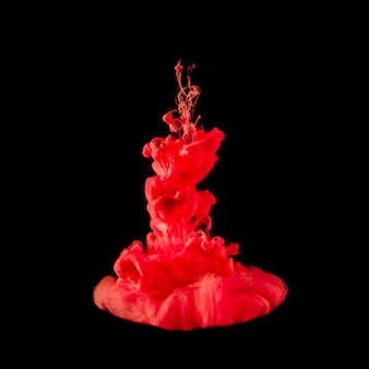 Erstaunliches rotes tröpfchen, das unter wasser birst