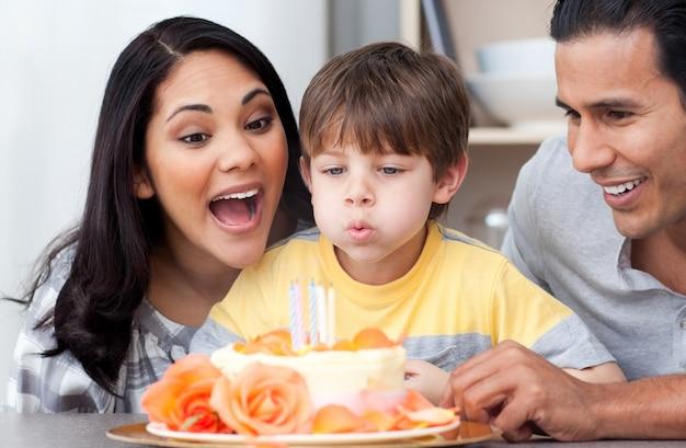 Erstaunte familie, die zusammen einen geburtstag feiert
