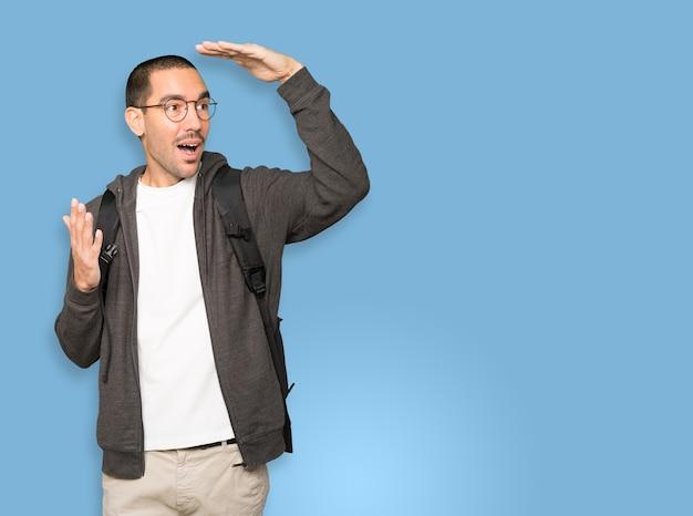 Erstaunter student mit einer geste des wegschauens