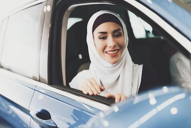 Erste arabische autofrau mit fahrerlaubnis
