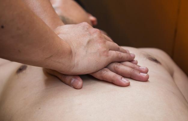 Erste hilfe bei einem mann mit herzinfarkt (notfall-cpr).