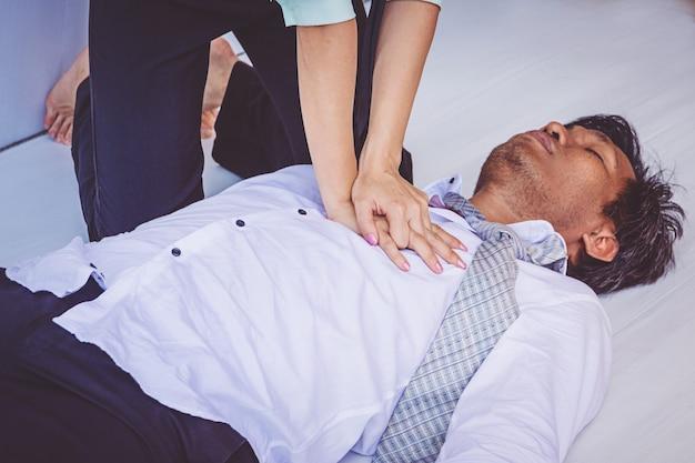 Erste-hilfe-notfall cpr bei herzinfarkt mann