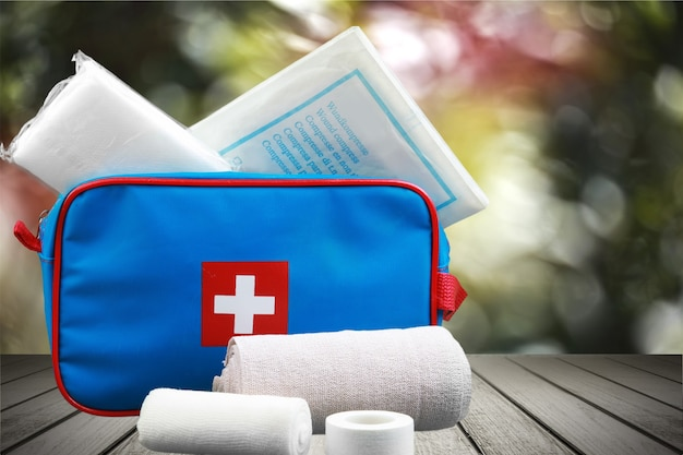 Erste-hilfe-set und bandagen im hintergrund