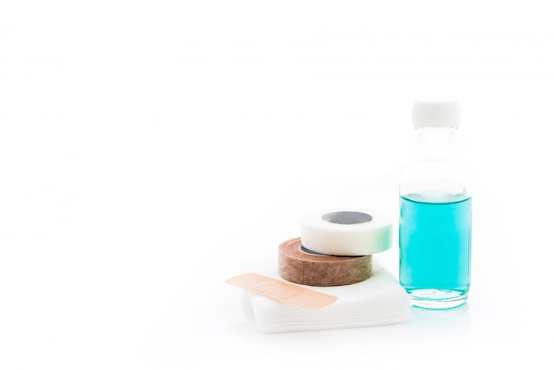 Erste-hilfe-set zum bandagieren isoliert