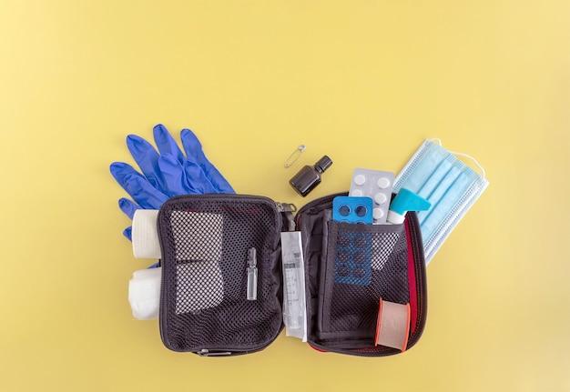 Erste-hilfe-setbandagen pflastertabletten medizinische handschuhe gesichtsmaske spritzenspray