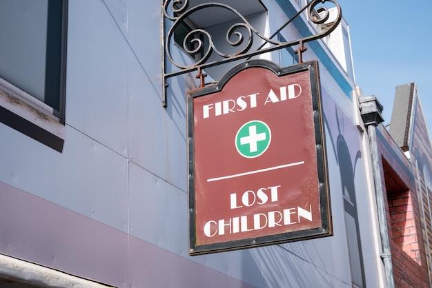 Erste hilfe und verlorenes kinderbüro