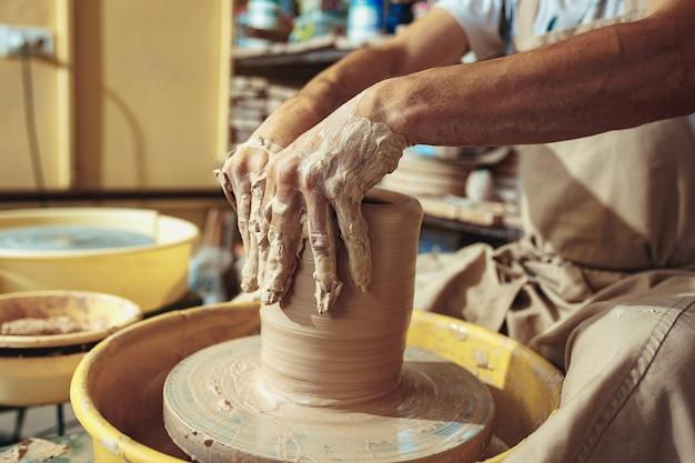 Erstellen eines glases oder einer vase aus weißem ton in nahaufnahme