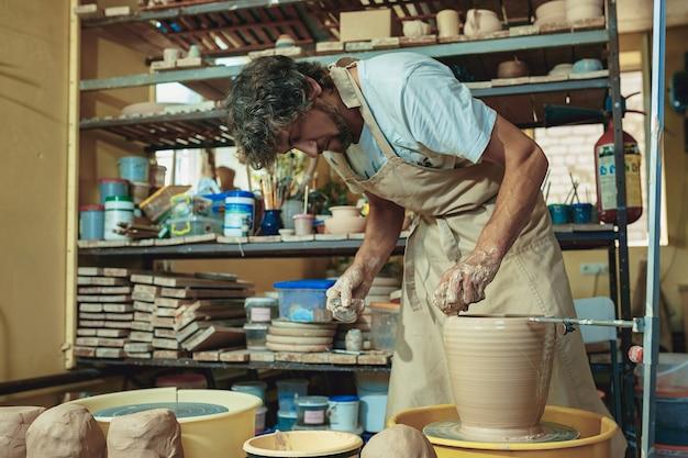 Erstellen eines glases oder einer vase aus weißem ton in nahaufnahme.