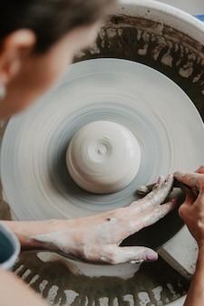 Erstellen eines glases oder einer vase aus weißem ton