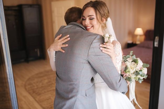 Erster blick von bräutigam und braut an ihrem hochzeitstag. hochzeitspaar treffen