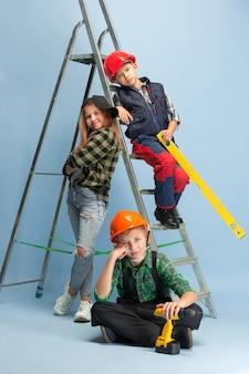 Erster schritt. kinder träumen vom beruf des ingenieurs. kindheit, planung, bildung und traumkonzept. willst du erfolgreicher mitarbeiter in der fertigung, bauindustrie, infrastruktur werden.