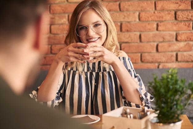Erstes date mit tasse kaffee