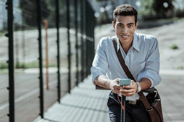 Erstes mal. glücklicher optimistischer kerl, der app startet und kamera betrachtet