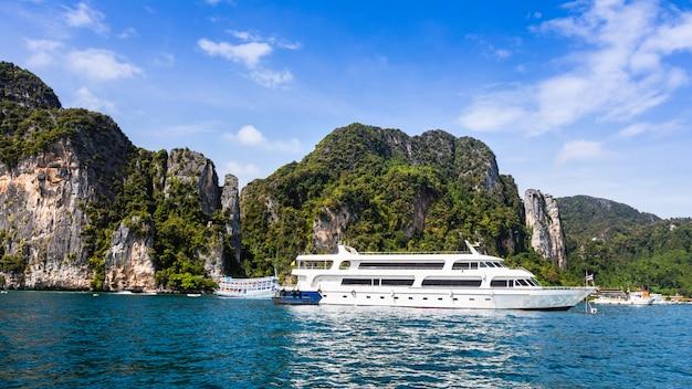 Erstklassiges großes luxusschiff für miettouristen auf phiphiinsel thailand