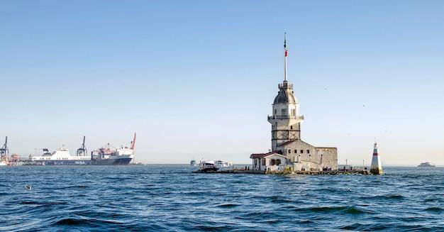 Erstturm auf bosphorus in istanbul