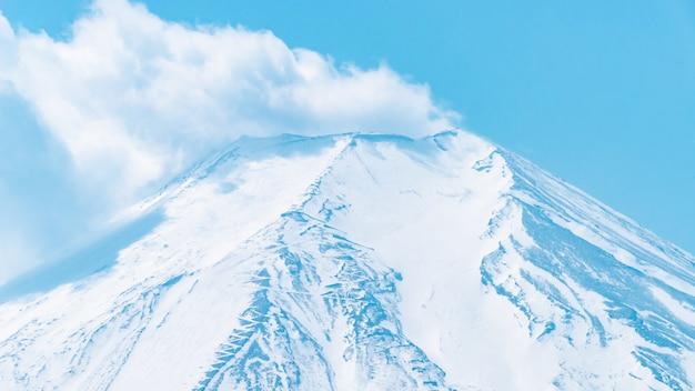 Eruptionswolke aus dem fuji-gipfel von oshino hakkai villgage.