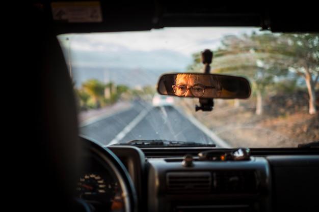 Erwachsene ältere frau fährt das auto