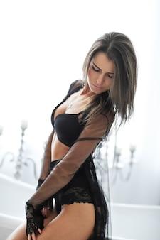Erwachsene brünette frau in sexy schwarzen dessous
