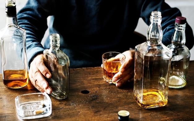 Erwachsene, die alkoholtrieb verbrauchen