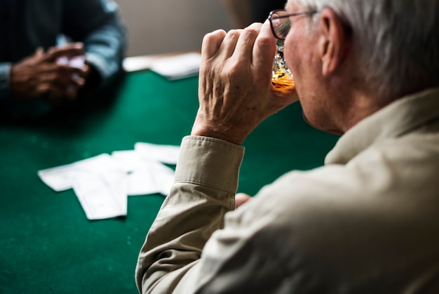 Erwachsene, die kontakte knüpfen und karten spielen