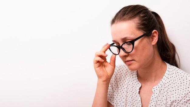 Erwachsene frau der vorderansicht mit brillen