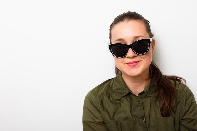 Erwachsene frau der vorderansicht mit sonnenbrille
