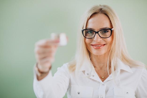 Erwachsene frau, die antialterncreme verwendet