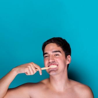 Erwachsene frau, die seine zähne putzt