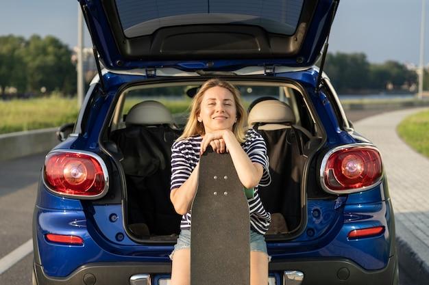 Erwachsene frau genießt roadtrip aktiv lächelnde weibliche ruhe und erschafft reisen mit dem auto im urlaub
