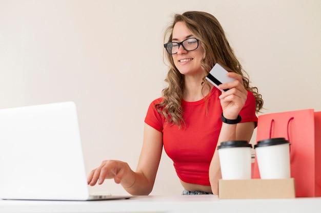 Erwachsene frau glücklich, online einzukaufen