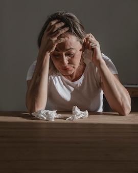 Erwachsene frau mit psychischen problemen