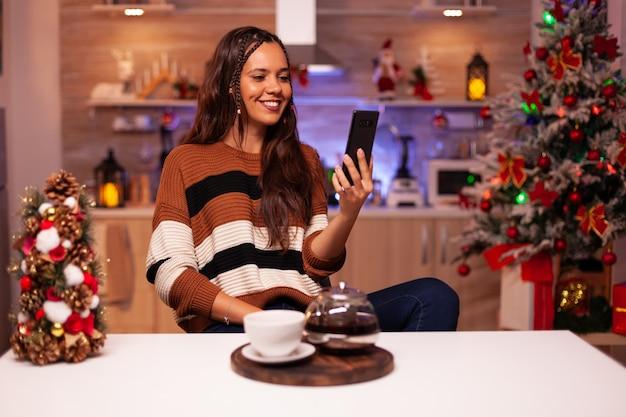 Erwachsene frau mit smartphone für videokonferenz