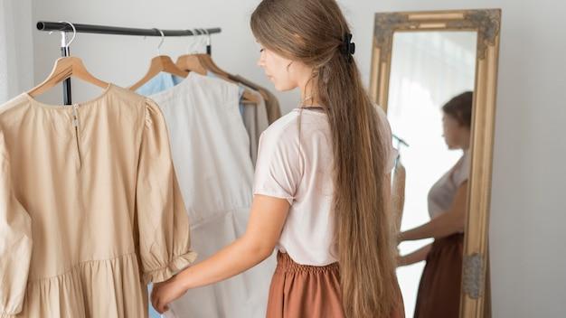 Erwachsene frau probiert neue kleider aus
