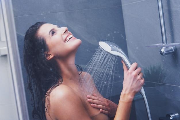 Erwachsene frau unter der dusche im badezimmer