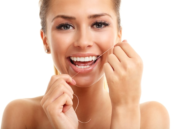 Erwachsene frau zahnseide isoliert auf weiß