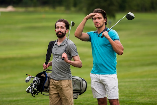 Erwachsene freunde der vorderansicht, die golf spielen