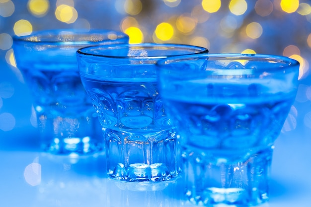 Erwachsene gehen in nachtclubs, um alkohol zu trinken und spaß zu haben