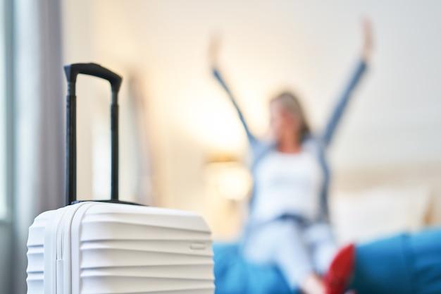Erwachsene geschäftsfrau ruht im hotelzimmer