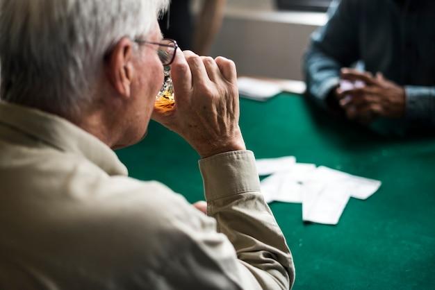Erwachsene geselligkeit und karten spielen