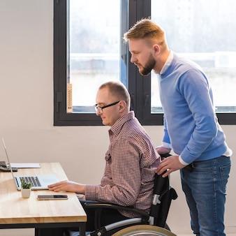 Erwachsene männer, die zusammen im büro arbeiten