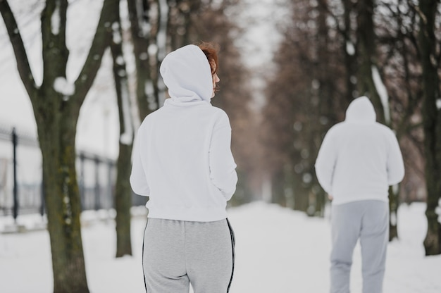 Erwachsene mit mittlerem schuss, die im freien laufen