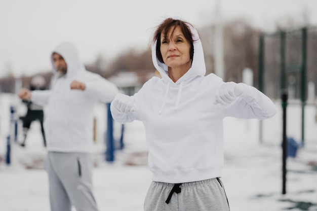 Erwachsene mit mittlerem schuss trainieren