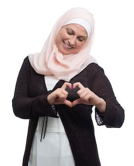 Erwachsene muslimische frau mit einem rosa hijab