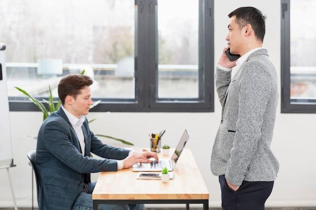 Erwachsene profis arbeiten gemeinsam am projekt