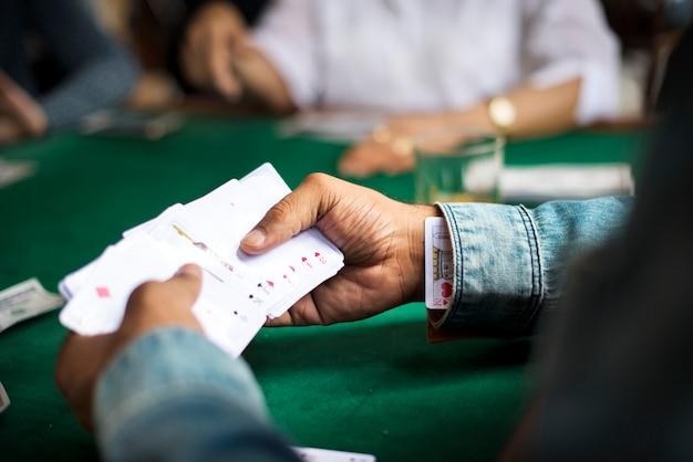 Erwachsene spielen karten und geselligkeit