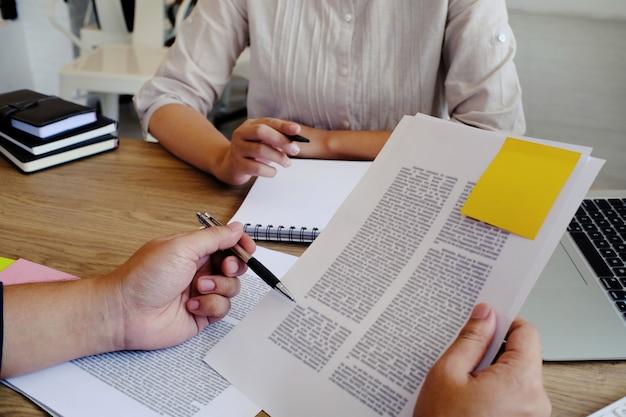 Erwachsene studenten, die zusammen ausbilder-management-konzept ausbilden