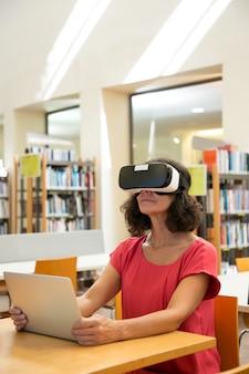 Erwachsene studentin, die virtuelles videotutorium aufpasst