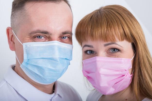 Erwachsene und kinder benutzen medizinische masken.