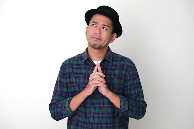 Erwachsener asiatischer mann, der zweifelhafte geste zeigt